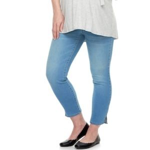 aac31f45c849f Maternity light wash crop Jeggings (size 4)